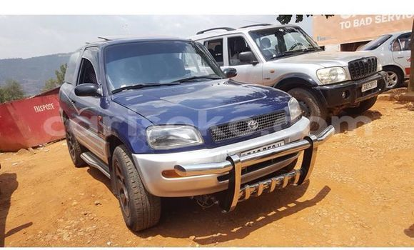 Gura Yakoze Toyota RAV 4 Blue Imodoka i Kigali mu Rwanda