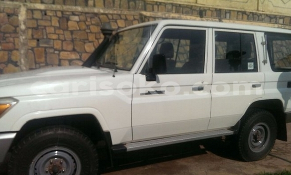 Gura Yakoze Toyota Land Cruiser White Imodoka i Kigali mu Rwanda