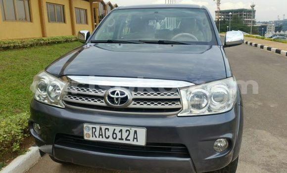 Gura Yakoze Toyota Fortuner Silver Imodoka i Kigali mu Rwanda