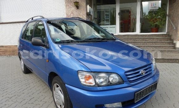 Acheter Occasion Voiture Toyota Picnic Bleu à Kigali au Rwanda